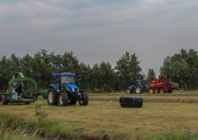 TM135 met New Holland bb940 vierkante pakkenpers en T6020 met wikkelaar